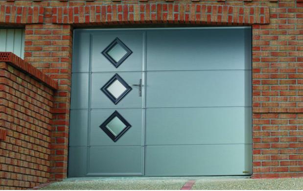 Zoom sur la porte de garage basculante avec portillon